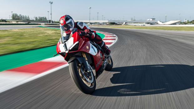 12_Panigale V4 25_ Anniversario 916_action_UC77817_Mid