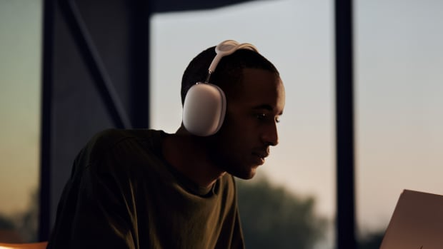 apple_airpods-max_listening-experience_12082020