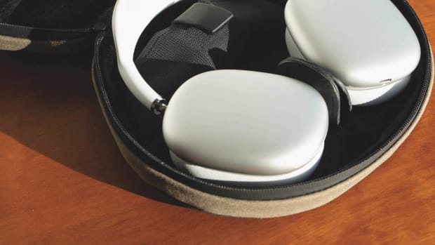 Lifestyle 5 AirPods Max Open