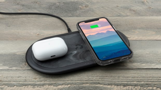 ApolloDuo-Wireless_Airpods-iPhone-3qtr-WoodTable