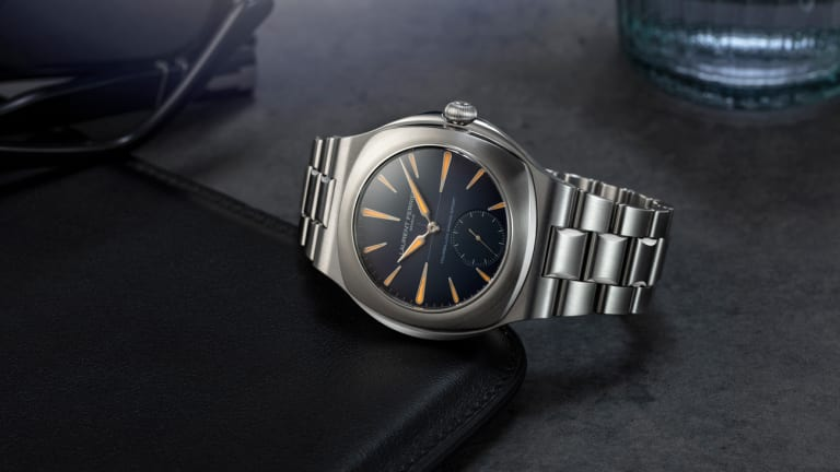 Laurent Ferrier launches its first watch with an integrated steel bracelet