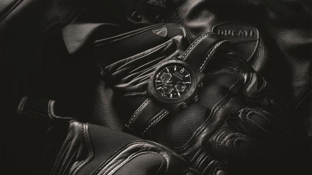 M42000CN-0017_black_leather_black_AMB.jpeg