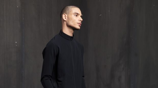101-outlier-ultraultratrackjacket-fit-black