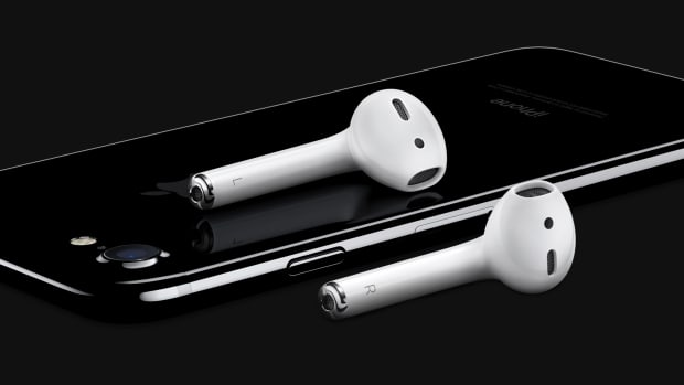 iPhone7-JetBlk-34BR_AirPods-Laydown-OB-PRINT.jpg