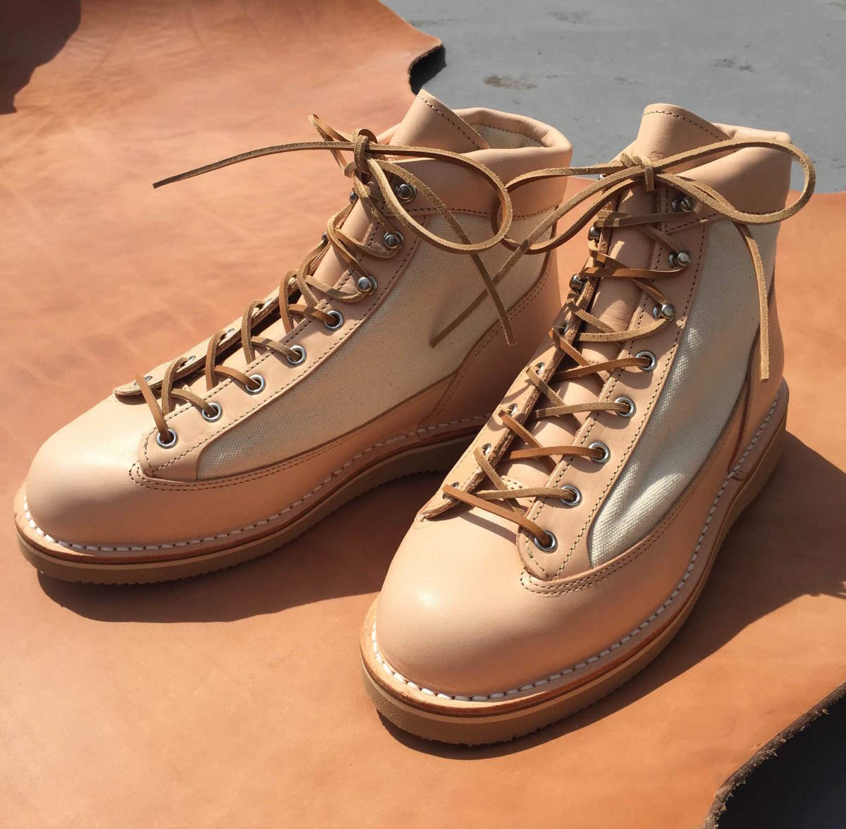 Danner Japan releases a pair of natural leather beauties with BLK PINE Workshop