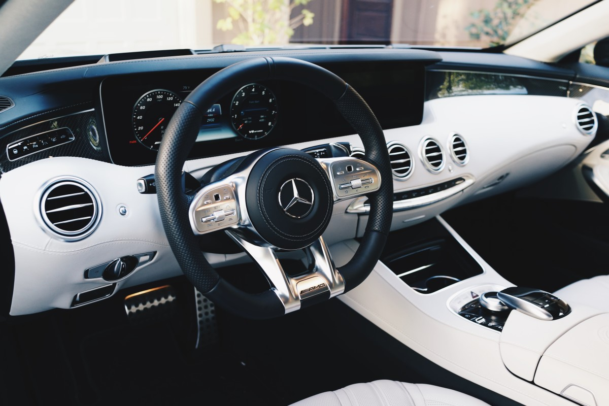 The S 63 features a fully digital dashboard.