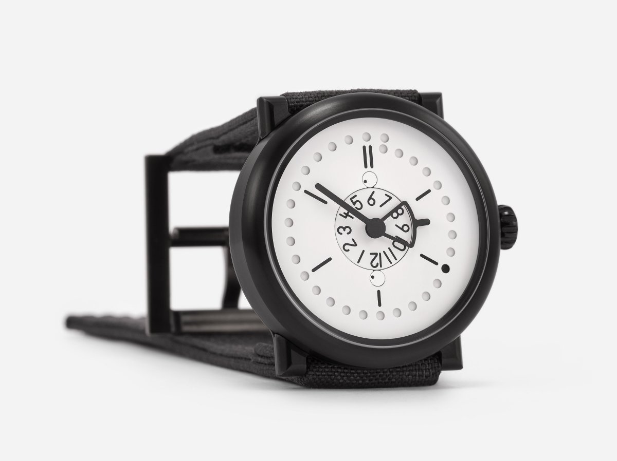 two-time-zones-plus-date-white-black-ochs-und-junior-0053_RGB